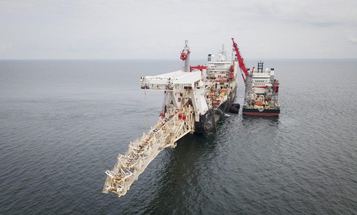 海底パイプライン敷設専用船・レイバージ/ pipelaying vessel- pipelay barge